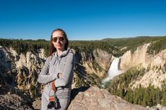 Toerist die waterval in Yellowstone overzien Stock Fotografie