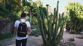 Toerist in een botanisch park op vakantie stock video