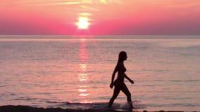 Toerist en prachtige zonsondergang, zeegezicht stock footage