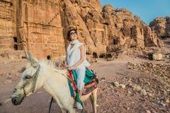 Toerist het berijden ezel in nabatean stad van petra Jordanië Royalty-vrije Stock Foto's
