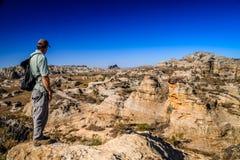 Toerist het bewonderen landschap Stock Foto's