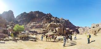 Toerist het bezoeken Bergen van Petra, Jordanië, Midden-Oosten stock foto