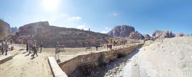Toerist het bezoeken Bergen van Petra, Jordanië, Midden-Oosten royalty-vrije stock fotografie