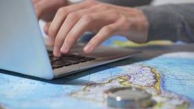 Toerist het boeken hotel online op laptop, die kaartjes in paspoort, vakantie zetten stock footage