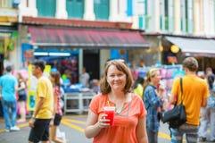 Toerist het drinken watermeloensap in Singapore stock fotografie