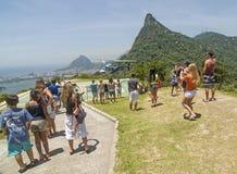 Toerist het letten op helikopterstart, Rio de Janeiro stock afbeeldingen