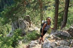 Toerist het letten op op rots door de Mening van Thomasin Slowaaks Paradijs stock foto