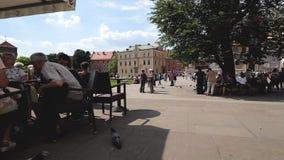 Toerist het ontspannen in de zomerbar bij binnenplaats van het Koninklijke Kasteel van Wawel, Polen stock videobeelden
