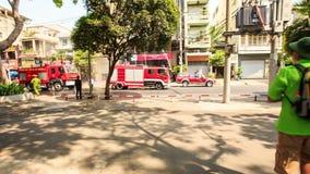 Toerist in Hoed met Zakgangen aan Straat met Brandmotoren stock video