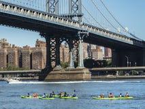 Toerist Kayaking op de de Rivier van het Oosten/Brug van Manhattan royalty-vrije stock fotografie
