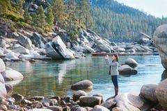 Toerist in meer tahoe stock fotografie