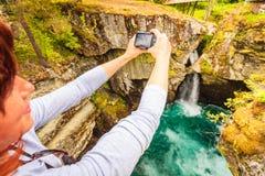 Toerist met camera op Gudbrandsjuvet-waterval, Noorwegen Stock Foto
