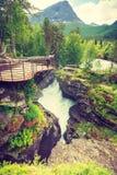 Toerist met camera op Gudbrandsjuvet-waterval, Noorwegen Royalty-vrije Stock Afbeelding