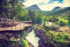 Toerist met camera op Gudbrandsjuvet-waterval, Noorwegen Royalty-vrije Stock Foto's