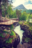 Toerist met camera op Gudbrandsjuvet-waterval, Noorwegen Royalty-vrije Stock Foto