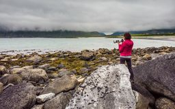 Toerist met camera op Skagsanden-Strand Lofoten Noorwegen stock afbeeldingen