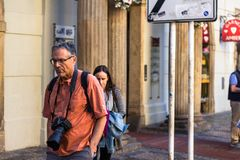 Toerist met een camera rond zijn hals royalty-vrije stock afbeelding