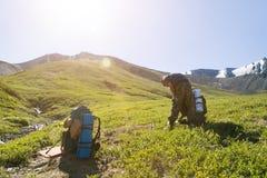 Toerist met een rugzak bij zonsopgang stock foto's
