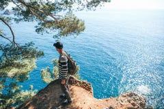 Toerist met een rugzak dichtbij het overzees royalty-vrije stock afbeeldingen