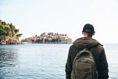 Toerist met een rugzak dichtbij het overzees stock afbeeldingen