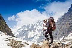 Toerist met een rugzak en bergpanorama stock fotografie
