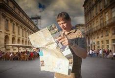 Toerist met kaart stock afbeelding