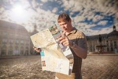 Toerist met kaart stock afbeeldingen