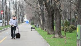 Toerist met koffer en kaart stock footage
