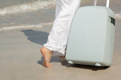 Toerist met koffer op het strand royalty-vrije stock afbeelding