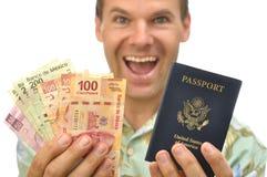 Toerist met peso's en paspoort stock fotografie