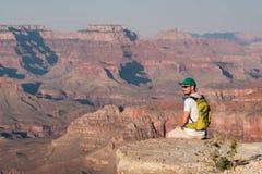 Toerist met rugzak in Grand Canyon Royalty-vrije Stock Foto's