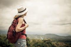 Toerist met rugzak het ontspannen op rots en het genieten van van bewonderen Stock Afbeelding