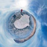 Toerist met sleeëngangen langs het blauwe ijs van Meer Baikal Sferisch panorama 360 weinig planeet stock foto