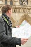 Toerist in Notre Dame, Parijs Stock Afbeelding