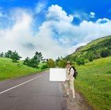 Toerist op de bergweg Stock Foto's