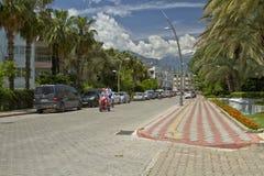 Toerist op de elektrische fietsritten door de straten van de stad Stock Afbeeldingen