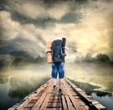Toerist op de houten brug royalty-vrije stock foto's