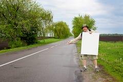 Toerist op een landweg Stock Fotografie