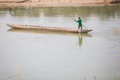 Toerist op Houten Boot bij Rapti-Rivier, Sauraha Nepal royalty-vrije stock afbeeldingen