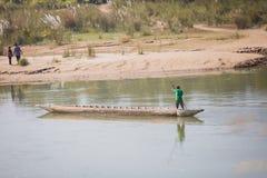 Toerist op Houten Boot bij Rapti-Rivier, Sauraha Nepal stock afbeelding