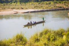 Toerist op Houten Boot bij Rapti-Rivier, Sauraha Nepal stock fotografie
