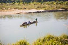 Toerist op Houten Boot bij Rapti-Rivier, Sauraha Nepal royalty-vrije stock afbeelding