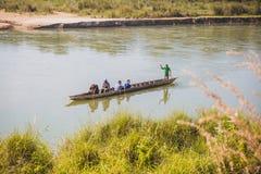 Toerist op Houten Boot bij Rapti-Rivier, Sauraha Nepal royalty-vrije stock foto's