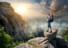 Toerist op rotsen royalty-vrije stock afbeelding