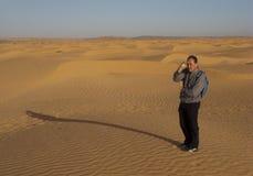 Toerist op zandduinen, Tunesië royalty-vrije stock fotografie