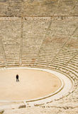 Toerist in oud theater in Epidaurus, Griekenland stock foto