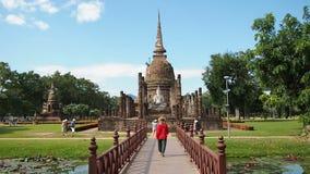 Toerist in Oude Ruïnes van Thailand stock videobeelden