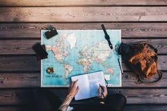 Toerist Planningsreis die wereldkaart gebruiken Stock Foto's