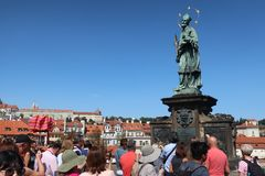 Toerist Praguetourists in Praag op de Charles-brug stock foto
