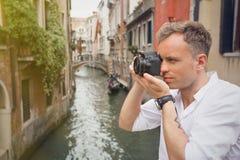Toerist in Venetië die beelden met digitale camera nemen royalty-vrije stock foto